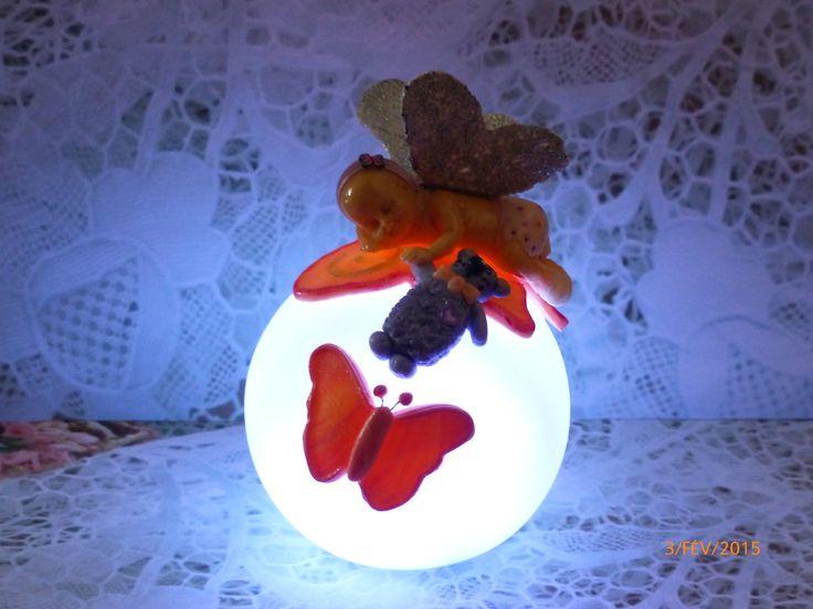 veilleuse à led décorée d'un bébé papillon et son ours en porcelaine froide fait main : Luminaires par recreazouzou