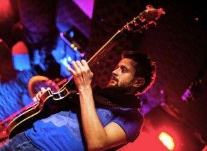 """6 Nisan / Apr. 2015 P.tesi (21:30-00:30) Volkan Polat Quartet Volkan Polat (g), Can Çankaya (p), Matt Hall (b), Turgut Alp Bekoğlu (d). 2012 yılında, Nardis Jazz Club tarafından düzenlenen """"Genç Caz Gitarist"""" yarışmasında birinciliğe layık görülen gitarist, İstanbul Teknik Üniversitesi Devlet Konservatuarı Müzik Teorisi Bölümü mezunu. Türkiye'nin öncü caz gitaristlerinden, Neşet Ruacan, Önder Focan ve Kamil Özler ile çalıştı. Uluslararası İstanbul Caz Festivali, """"International Jazz Day"""" gibi…"""