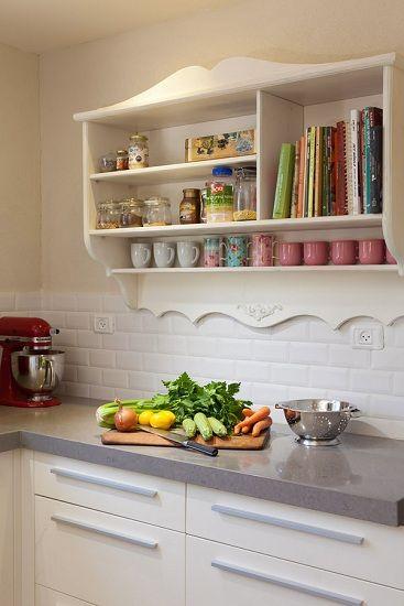 המטבח של יניב ומאיה, יחידה כוסות פתוחה על הקיר, ותוספת אריחי בריקים- ומטבח מודרני הופך לכפרי  הבית של עידה