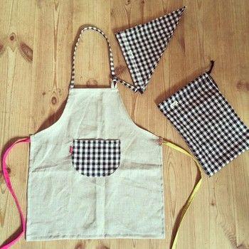 初心者さんも、簡単ちくちくハンドメイド。【エプロン】を手作りしよう ... 子ども用のリネンエプロン。 お揃いの三角巾や巾着も可愛いですね