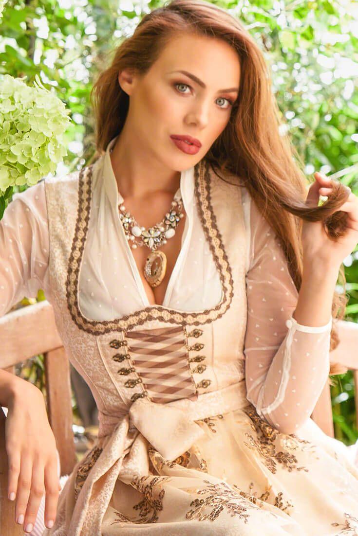 """Das außergewöhnliche Perlencollier von Alpenwahn schillert in Creme Weiß und Silber. Die handgemachte Trachtenkette """"Fauna"""" besteht aus echten Mineralsteinen und Glaswachsperlen. Die Kette legt sich wunderschön über das Dekolleté und verleiht der Trägerin feminine Ästhetik!"""