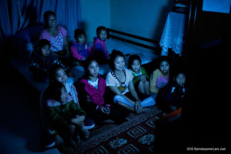 Hver fredag er en særlig dag for børnene i hus nummer 12 i SOS-børnebyen i Xiengkhouang i Laos. Om fredagen samles hele familien nemlig i SOS-mor Sipha Pongduangtas seng, hvor de sidder tæt sammen og ser tv. Børnenes foretrukne er tegnefilm, og der bliver grinet højst, når Tom og Jerry laver spilopper på skærmen.  #familie #mor #SOSmor
