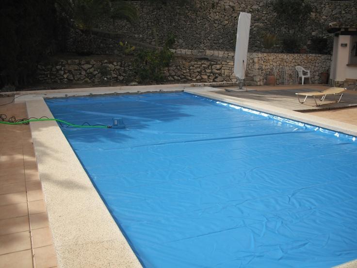 ¡Seguimos creando piscinas seguras!  Esta semana hemos instalado esta cubierta en Calpe, Alicante. ¿A que no veis ningún raíl? Eso es porque se trata del modelo recessed undetrack http://www.capcovers.com/index.php/es/productos/recessed-undertrack  Lo que está encima de la cubierta es la bomba de achique. La suministramos junto con la cubierta y sirve para evacuar el agua de la misma de forma autónoma.  Los clientes han quedado muy contentos y ya pueden disfurtar plenamente de su piscina.