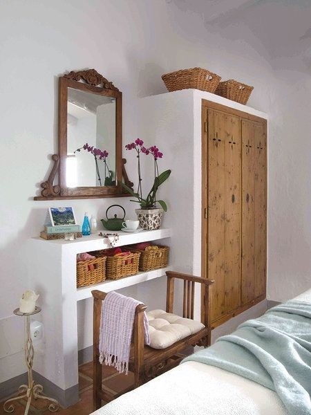 Dormitorio rústico con muebles de obra