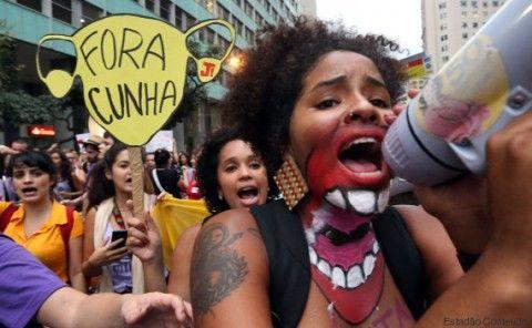 """RJ -  MANIFESTAÇÃO/CUNHA/RJ - POLÍTICA - Ato pelos direitos da mulher e contra o presidente da Câmara, Eduardo   Cunha (PMDB-RJ), no Rio de Janeiro, nesta quarta-feira. A   manifestação teve início no Edifício de Paoli, onde Cunha tem   escritório, e seguiu para a Cinelândia, no centro da cidade. O ato faz   parte da Semana de Lutas pelo """"Fora Cunha"""", com eventos em várias   cidades.    28/10/2015 - Foto: FÁBIO MOTTA/ESTADÃO CONTEÚDO"""