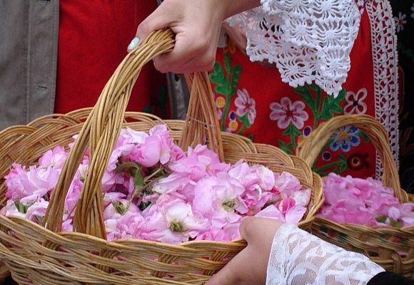Entre alegría, danzas regionales, collares de pétalos de rosa y ofrendas a la Reina de las Rosas, tienen su origen Las cremas de la felicidad