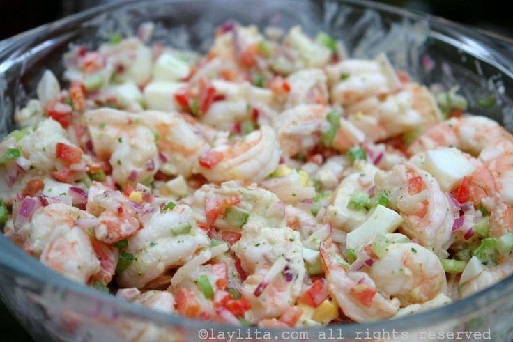 Receta para preparar una deliciosa ensalada de camarón fría, se prepara con camarones, cebolla, rábanos, pimiento, apio, huevo duro, y mayonesa de cilantro.