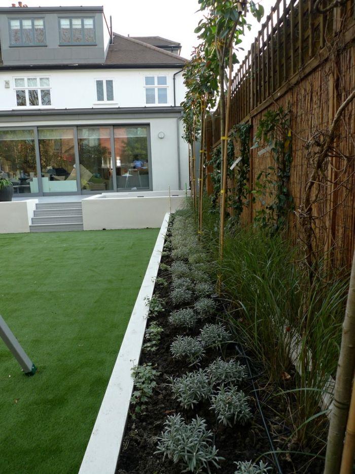 Blumenbeete und Zierbäume an den Sichtschutz   moderner Vorgarten