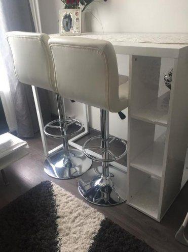 Baaripöytä ja tuolit