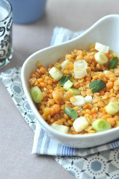 Vörös-lencse saláta tejmentes öntettel A vörös lencsét a fokhagymával 10percig főzzük. Összeforgatjuk a mentával és az újhagymával. Öntet: citromlé+méz+oliva,só,bors