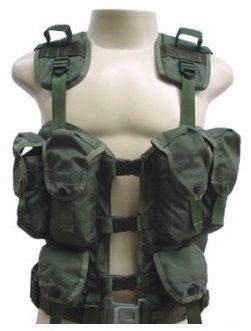 O Colete Tático De Assalto Americano – USA – AMAN – Exército / Paintball / Airsoft / Swat / BOPE - 20% OFF é confeccionado em nylon de cordura. Possui 06 bolsos frontais (04 bolsos grandes + 02 bolsos pequenos). Bolsos próprios para acondicionar Equipament