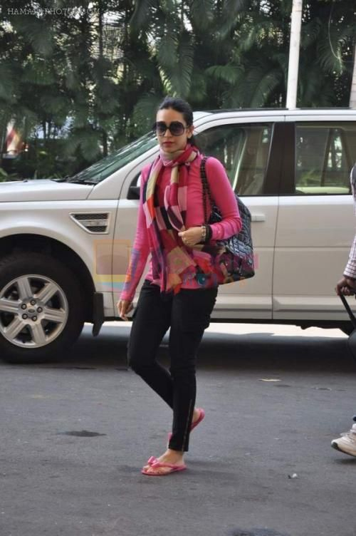 karisma kapoor airport | Karisma Kapoor snapped at Domestic Airport in Mumbai on 20th Nov 2013 ...