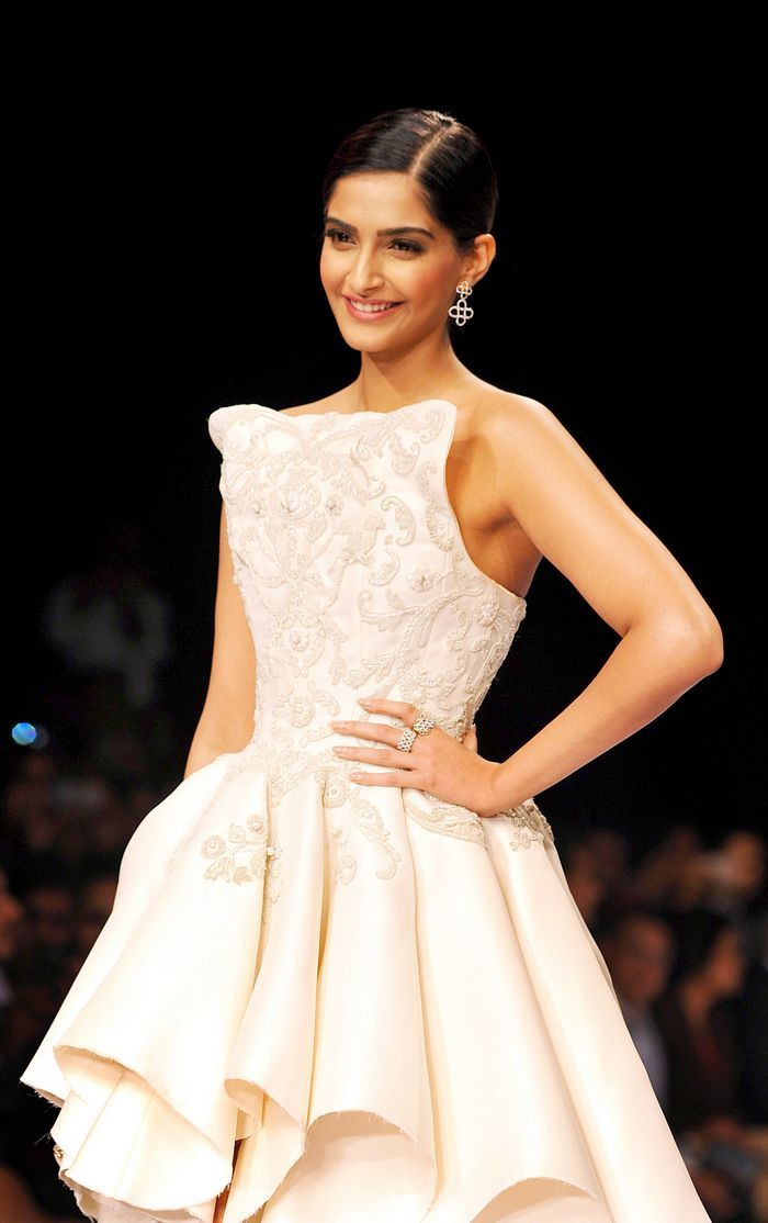 Sonam Kapoor at the Indian International Jewellery Week 2014 finale. Can't get enough of this look of hers.