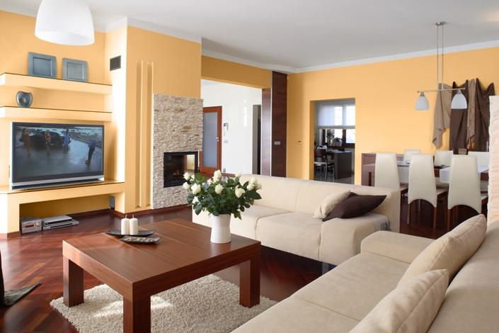 Stilul mediteranean este simplu şi elegant: alege canapele şi fotolii albe sau bej şi candelabre din fier pentru lumânări. O masă mare din lemn deschis la culoare poate fi decorată cu lumânări parfumate aşezate în suporturi de fier.