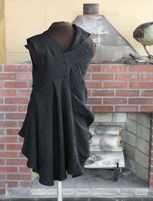 Use of grain direction to manipulate dress shape! Sculptura fantastica: deconstructed dress, via Flickr.