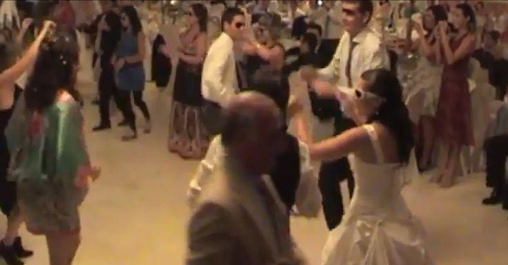 Atrás quedaron El Vals de las flores, el del Emperador y el Danubio Azul, ahora los vals de boda pueden ser más originales, creativos y muy divertidos. Para muestra, el video de arriba, en el que bailaron divertidas coreografías al ritmo de un mix con diferentes canciones muy pegajosas, y con la ayuda de sus …