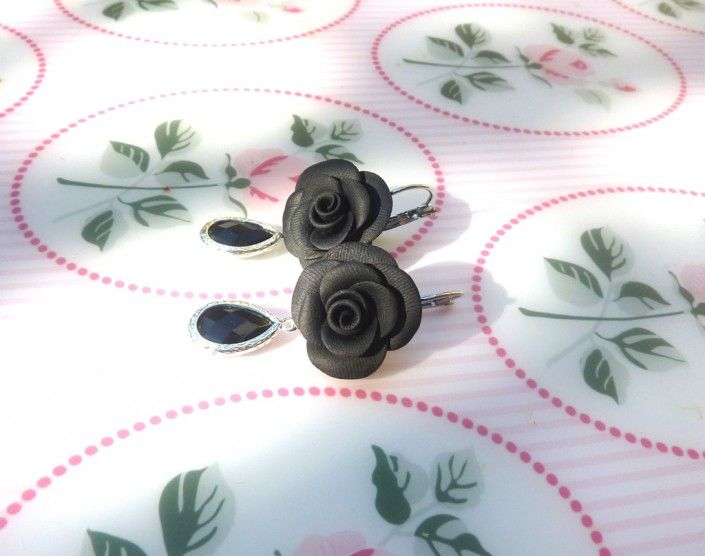 #earrings with black #roses, #charms with black #stone in #polymer #clay #handmade - Orecchini con rose nere, charms con pietra nera in fimo fatto a mano