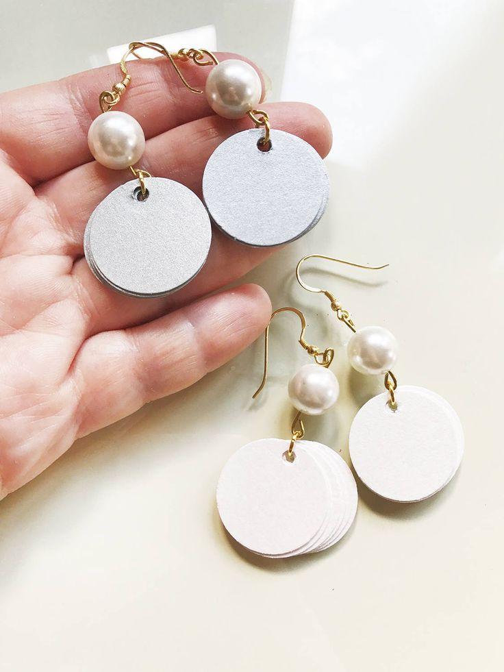Orecchini pendenti con perle, gioielli di carta, orecchini di carta, orecchini eleganti, orecchini a disco con perle bianche by AlfieriJewelDesign on Etsy