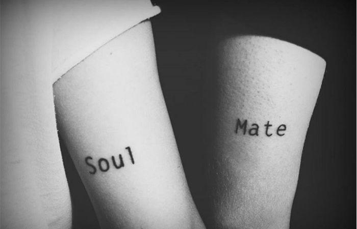 Liebe ist eine Verbindung zweier Seelen. Und damit das höchste Gut auf Erden. Was könnte dann also treffender für ein Partner Tattoo Motiv sein, als der Schriftzug «Soulmate», der getrennt als «Soul» und «Mate» auf den Körper der Liebenden gestochen wird?
