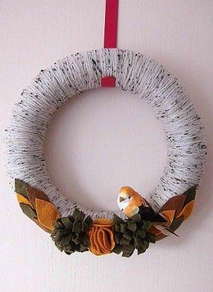 Krans omwikkelt met garen en voorzien van zelfgemaakte vilten bloemen en blaadjes. Het vogeltje past er qua kleuren erg mooi bij.   Liefs van Lotte is ook op Facebook te vinden voor nog meer leuke kransen.