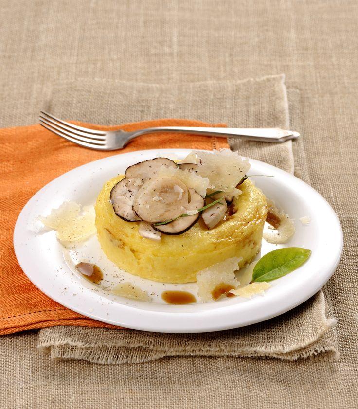 Un delicato e intenso profumo di bosco per il tuo aperitivo: su Sale&Pepe ecco la ricetta del flan di parmigiano con porcini e aceto balsamico.