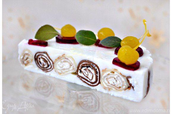 Блинный десерт с кремом из маскарпоне  Тающий во рту, нежный десерт не оставит вас равнодушными. Украсьте торт коктейльной вишней и капельками вишневого желе. Приятного чаепития! #готовимдома #едимдома #кулинария #домашняяеда #десерт #торт #блинный #маскарпоне #вкусно #чаепитие #кчаю