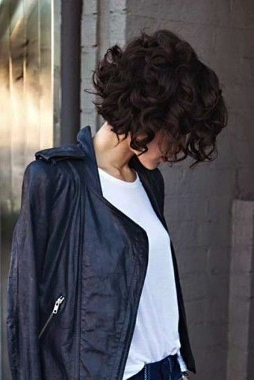 Bob corto con capelli ricci