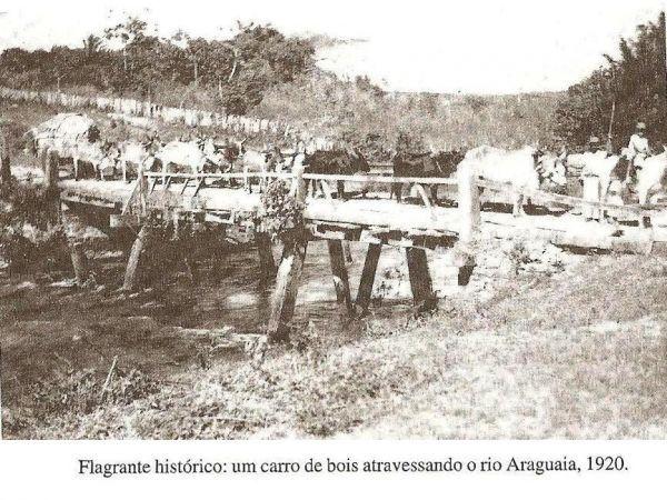 Ponte de madeira sobre o Rio Araguaia ligando Alto Araguaia a Santa Rita do Araguaia. Ficava do lado de cima da atual ponte de concreto. 1920