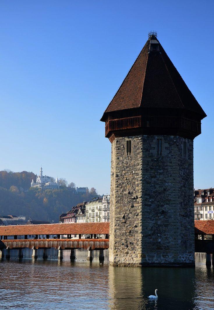 Die Kapellbrücke ist die älteste und mit 202,90 Metern die zweitlängste überdachte Holzbrücke Europas in Luzern - Schweiz
