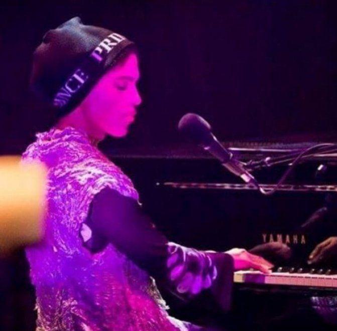 """Un pianoforte, un microfono e uno sgabello. Le foto raccolte dal profilo instagram """"Prince Live The Best"""" raccontano gli ultimi concerti del poliedrico musicista. Prince si è spento nella sua casa in Minnesota, aveva 57 anni. Solo pochi giorni fa il jet di Prince era stato costretto ad atterrare in …"""
