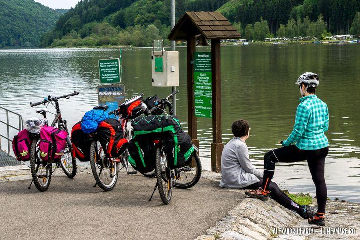 Asteptand feribotul spre campingul de la Kaiserau