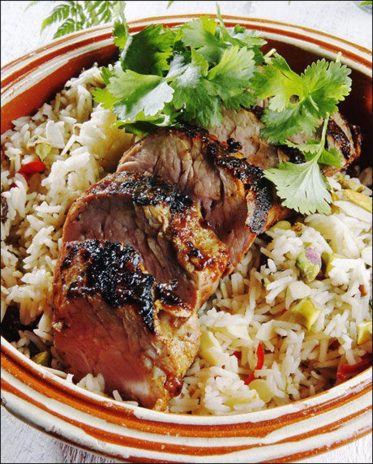 SNADDER: Helstekt indrefilet av svin er deilig grillmat. Her servert med ris blandet med rosiner, pistasjenøtter og fersk koriander. Nam! Foto: Magnar Kirknes