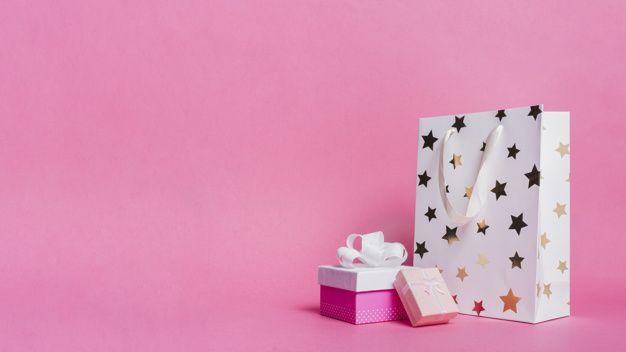 Dos cajas de regalo y una bolsa de papel comercial blanca sobre fondo rosa   Fre…