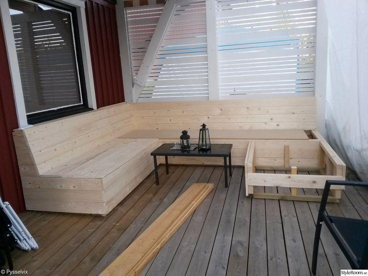 Platsbyggd soffa på altanen. - Ett inredningsalbum på StyleRoom av pysselvix Corner sofa.