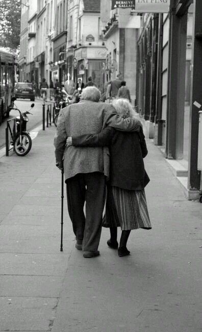 """.""""Je veux essayer avec quelqu'un qui m'aime asse z pour essayer avec moi.  Je veux vieillir en regardant le même visage tous les matins.  Je veux vieillir en regardant le même visage tous les soirs à la table du dîner.  Je veux être un de ces vieux couples que vous voyez toujours  main dans la main et en riant, après cinquante ans de mariage.  C'est ce que je veux. Je veux être ce quelqu'un pour toujours. """"  - Rachel Gibson, The Trouble With Saint-Valentin."""