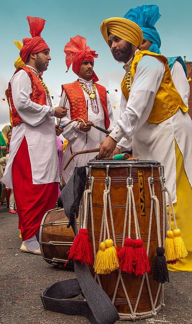 Сикхи с барабанами дхолак, праздник Вайсакхи / Sikh Dholak Drummers - Vaisakhi Parade , India