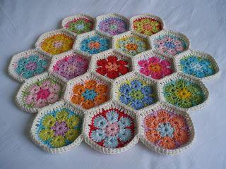 Weet je nog? Ik haakte de Afrikaanse Bloemen:    Ik haakte ze aan elkaar:   Ik had een grote zeshoek, gemaakt van 19 kleine zeshoekjes. Ik h...