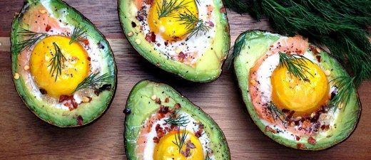 Transforme cada metade da fruta num delicioso bowl recheado e aproveite todos os benefícios do trio rico em gorduras boas