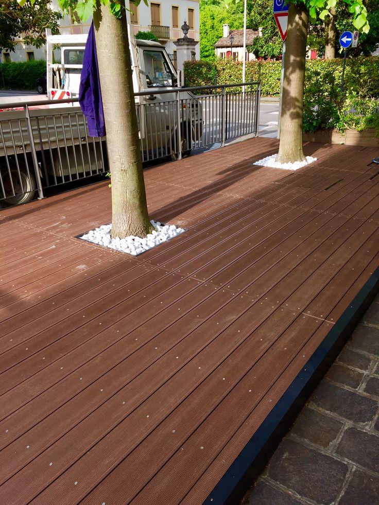 Plateatico da esterno con pavimento in doghe deck Plasticwood finitura cedro colore marrone lattoneria di chiusura in rame tipo nordic brown preossidato