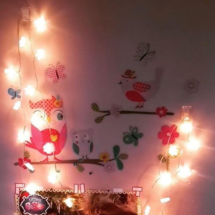 Nastrojowo i... Kreatywnie z haczykami dekoracyjnymi Tesa #dekoracje #ściana #łańcuchświetlny #światełka #gwiazdki #lampki #naklejki #sowy #haczykidekoracyjne #tesapowerstrips #wall #streetcom #tesa #powerstrips https://www.instagram.com/p/BLdbboEA3lG/