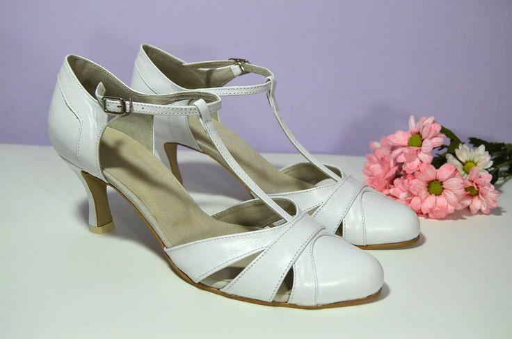 """Svatební boty Marissa T-styl. Pravá kůže bílá, nitro úprava Elite. Celokožená obuv. Vel 39,5 v šířce """"F""""- užší střih špičky. Podpatek 6 cm flare. Cena ve výprodeji = 76,- Eur / 2.052,- Kč. Ušetříte 33,- Eur / 891,- Kč"""