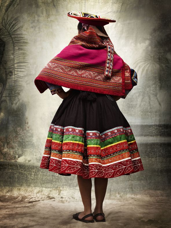 In my geography book, there was a picture of Peruvian women making hay. They were all wearing similar, absolutely beautiful circle skirts that caught my eye. It turns out they were Peruvian traditional costumes, or at least inspired by them. I so need one (or more) of those! It's perfect: full-circle and a nice heavy fabric you don't find anywhere these days. And yep, I read over a hundred pages of geography today and what do I remember: a skirt.