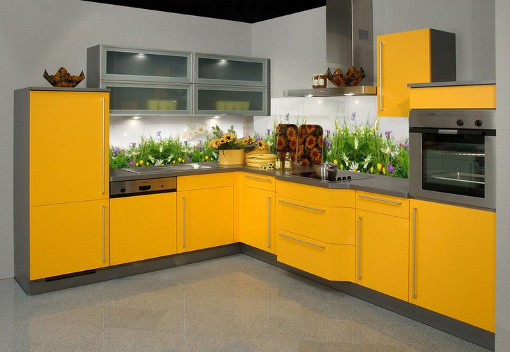 Zółta kuchnia z panelami szklanymi (motyw trawy). Zapraszamy po więcej wzorów - deKEA Polska
