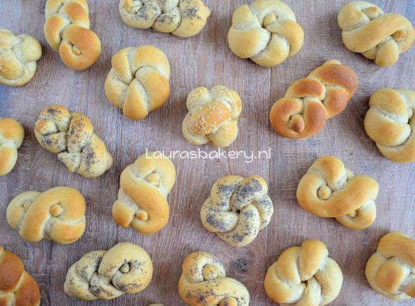 Kleine knoop broodjes - Laura's Bakery