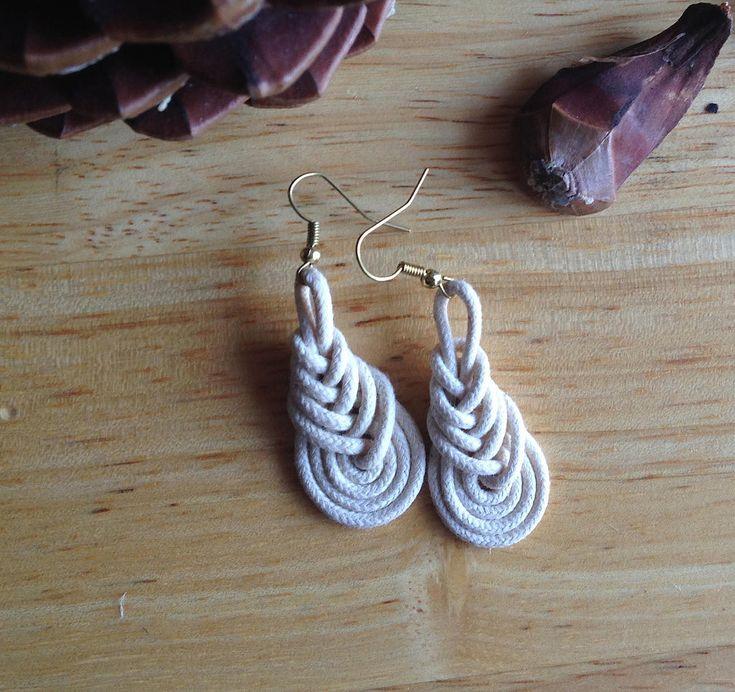 Sono felice di condividere l'ultimo arrivato nel mio negozio #etsy: Orecchini fatti a mano // macrame // corda // regalo per lei http://etsy.me/2CBo9UU #gioielli #orecchini #beige #boho #handmadejewelry #cotone #macrame #earrings #gioielliartigianali  #donne #bianco