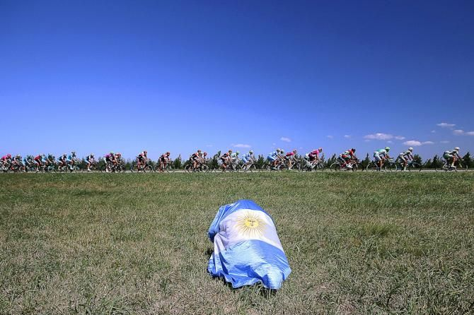 A spetactor uses an Argentinian flag for cover. Tour de San Luis 2016 stage 5.