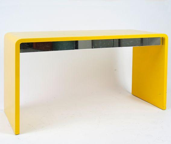 Bureau laqué jaune, tiroirs en miroir. Galerie Maison et Jardin XXème siècle www.jifcollin.com