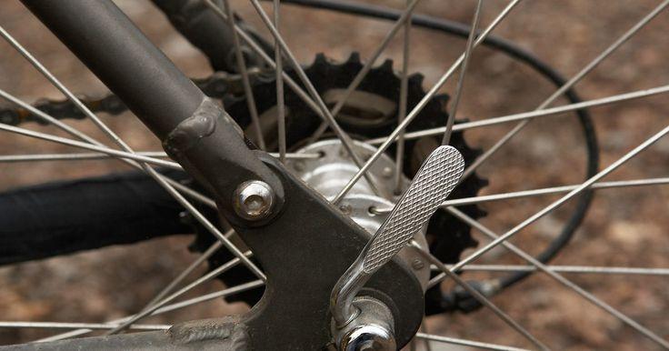 Cómo agregar engranajes a una bicicleta de una sola velocidad. Cualquier persona con aptitudes mecánicas y herramientas métricas puede añadirle engranajes a una bicicleta de una sola velocidad. El único obstáculo que podría enfrentar es decidir cuántos añadir. Si estás considerando la idea de convertir la bicicleta a una contemporánea de varias velocidades, debes considerar una de 10 o 21 velocidades. Las ...