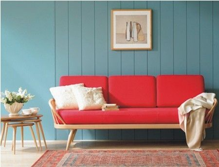 I love the red of this sofa against the blue wall.   canapé rouge