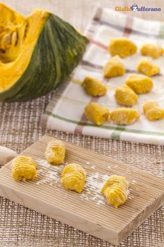 Con gli #gnocchi di #zucca tutto l'aroma #autunnale si sprigiona, per inebriare i tuoi ospiti! ( #pumpkin #dumplings) #ricetta #Giallozafferano #recipe